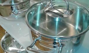 Как почистить посуду с помощью соды и канцелярского клея