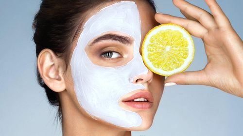 Чтобы добиться большего эффекта от лимонно-содовой маски, требуется наносить ее на заранее очищенное и распаренное лицо