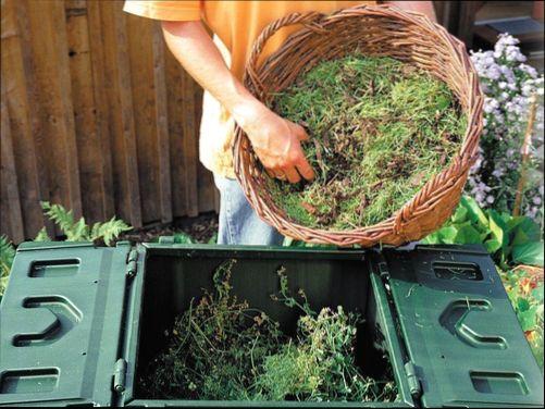 Чтобы убрать нехороший запах из ямы с компостом, достаточно присыпать поверхность кальцинированной содой.