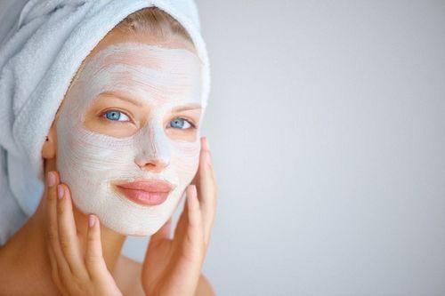 В мыльнице взбиваем мыло в пену (делается это при помощи губки), после чего наносим ее на лицо